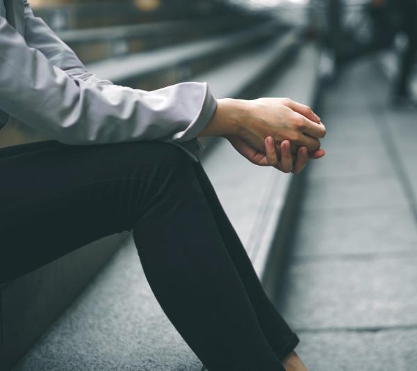 Hombre sentado en la calle