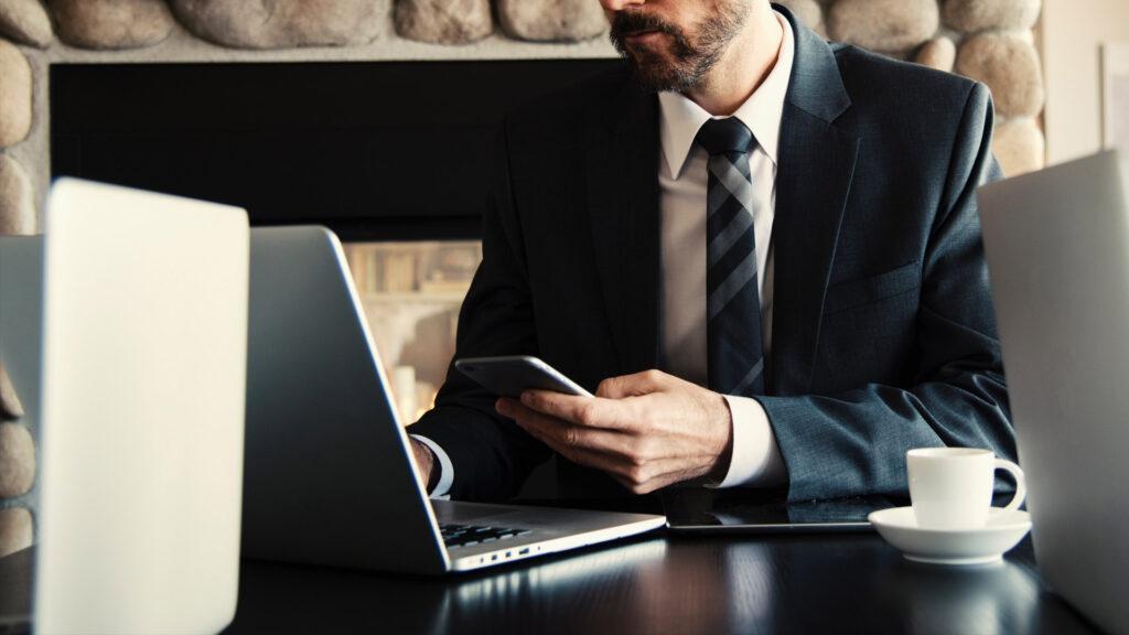 Trabajador con corbata em ordenador
